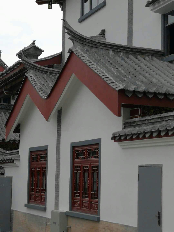 其等级巨细依次为:重檐庑殿顶重檐歇山顶重檐攒尖顶单檐庑殿顶单檐