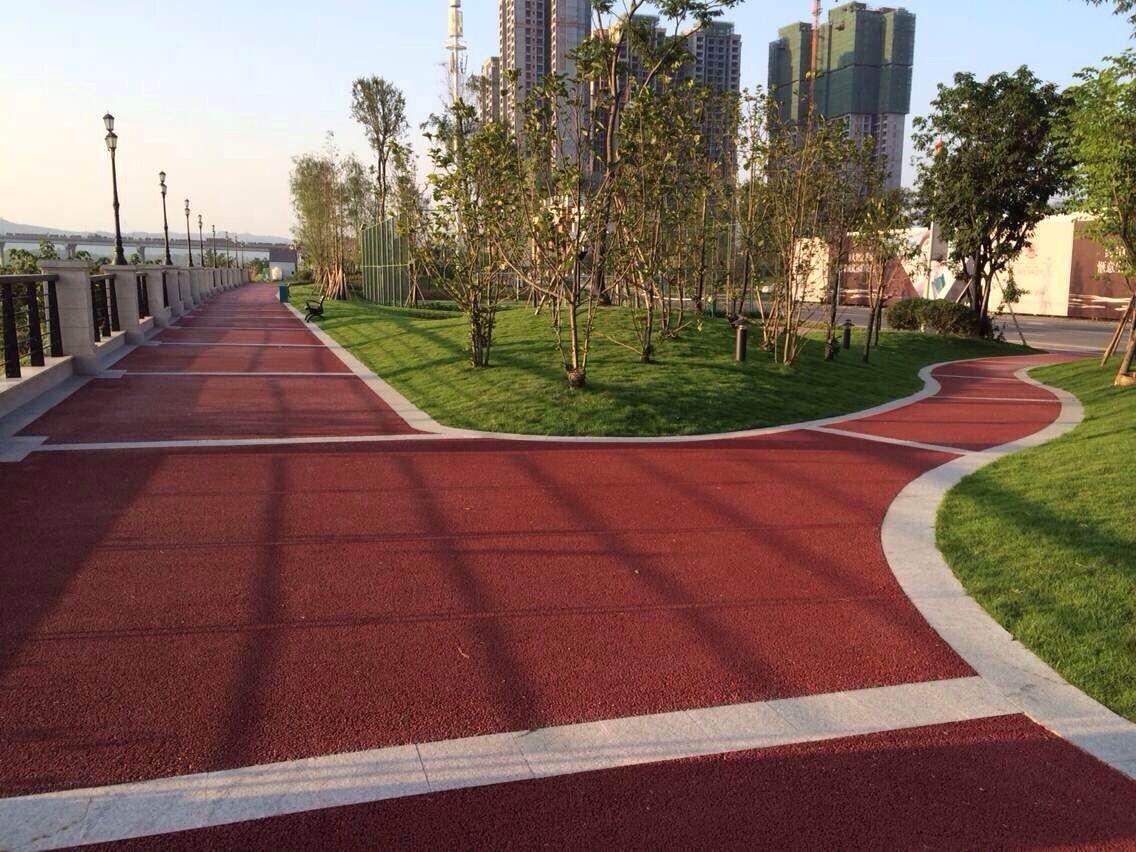 透水混凝土路面基层的要求1、透水混凝土路面的厚度:从上可知因彩色透水混凝土的强度原因,大都应用于人行道、广场、停车场、园林小道等场所。根据路面的不同应用面板厚度不同。2、为确保路体结构层具有足够的整体强度和透水性,表面层下需有透水基层和较好保水性的垫层。   透水混凝土施工队-美芷美芷新材料主营彩色透水混凝土,透水地坪,强固透水路面,生态透水砼,压花地坪,压模地坪,拥有12年的施工经验,累计施工面积超过360万平方米, 美芷新材料可以根据客户要求,为客户量身定做,提供适合的并符合行业标准产品,满足客