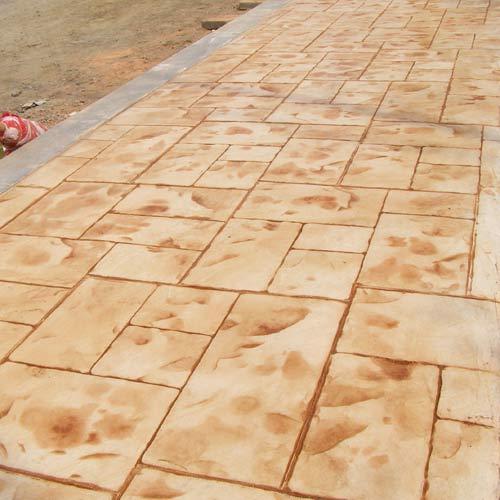 纯实木或天然的实木复合地板,为体现木材真实纹理,表面大多只刷一层