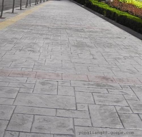 以混凝土表面的色彩和凹凸质感表现天然石材,青石板,花岗岩甚至木材的