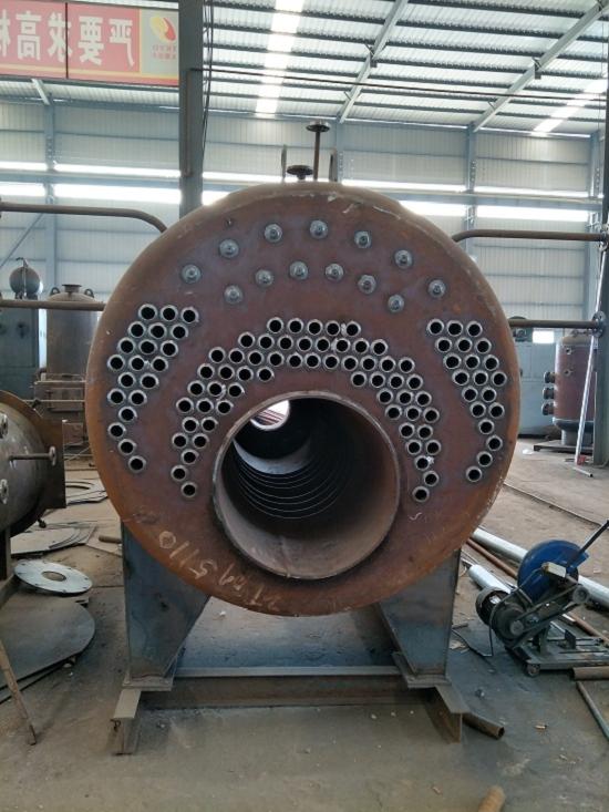 燃气蒸汽锅炉为内燃三回程火管蒸汽锅炉。采偏置炉胆湿背式结构。高温烟气依次;中刷第及第三回程烟管,然后由后烟室经烟囱大气。锅炉装有活动前后烟箱盖,使锅炉检修方便。锅炉置技术性能良好器,采了自动比例调节,给水自动调节,程序启停,全自动运行等先进技术,并具有高低水位和极低水位、超高汽压、熄火等自动保护功能。该锅炉具有结构紧凑、可靠、操作简便、安装迅速、污染少、噪音低、效率高等特点。 燃气蒸汽锅炉梅州事处