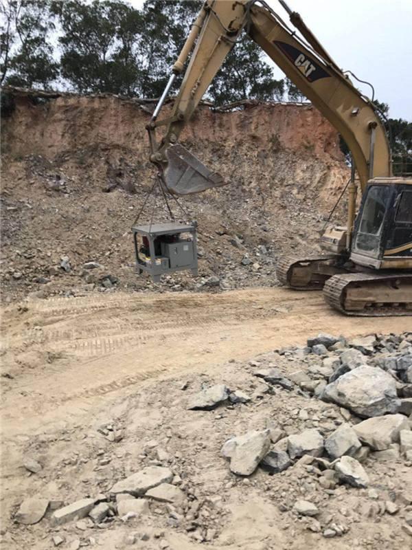 这种石头能每隔两米以上间距开一排,马上放入设备,就能效果裂开石头