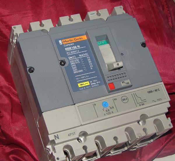 高压油断路器内部结构
