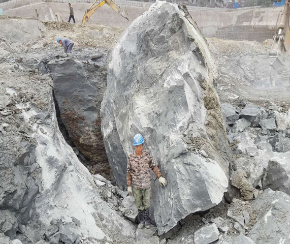 市取膨胀剂破石好设备坚硬石头机是运液压机械方式对岩石进行劈裂开.