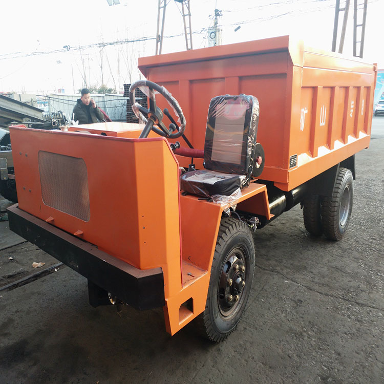 履带运输车发动机,底盘构造和一般载重汽车相同,履带运输车车厢分后