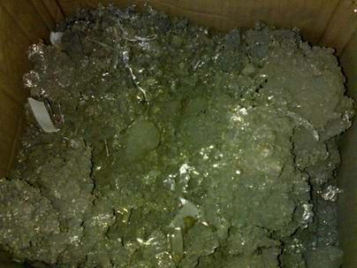 """2℃以下时,它就会由银白色逐渐地转变成一种煤灰状的粉,这叫做""""灰锡""""."""