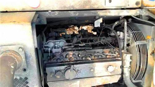 英国珀金斯柴油发动机空气滤清器是通过一个干式滤芯,(如纸滤芯)将图片