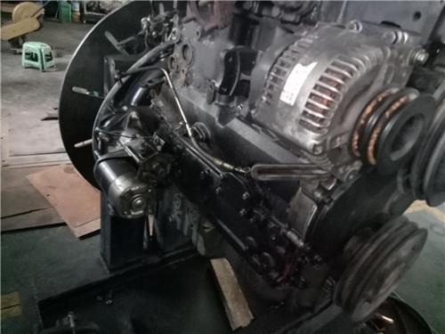 机器自动焊接履带支重架是压制成形边形结构,强度高,使寿命长.