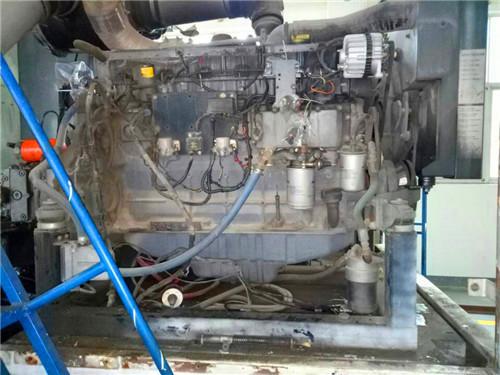 二交流发电机不充电:检查发电机驱动皮带,接线和发电机调压器.