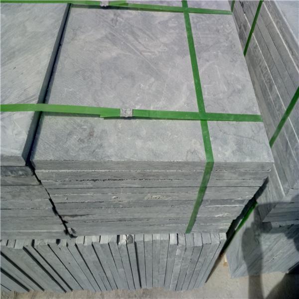 郑州市中牟县青石板 可做拉丝面面凿面处理 辉县市开元石材是生产青石产品为主厂家,主要产品为青石板、青石路沿石、栏杆、牌坊、石亭、葡萄架等等各类雕刻品。 荔枝面青石板指是在机切面基础上,通过气锤在板材表面类似荔枝皮一样效果,起到防滑作,另外也很美观。 常规规格为30*300*600mm,其他规格都可以定制。