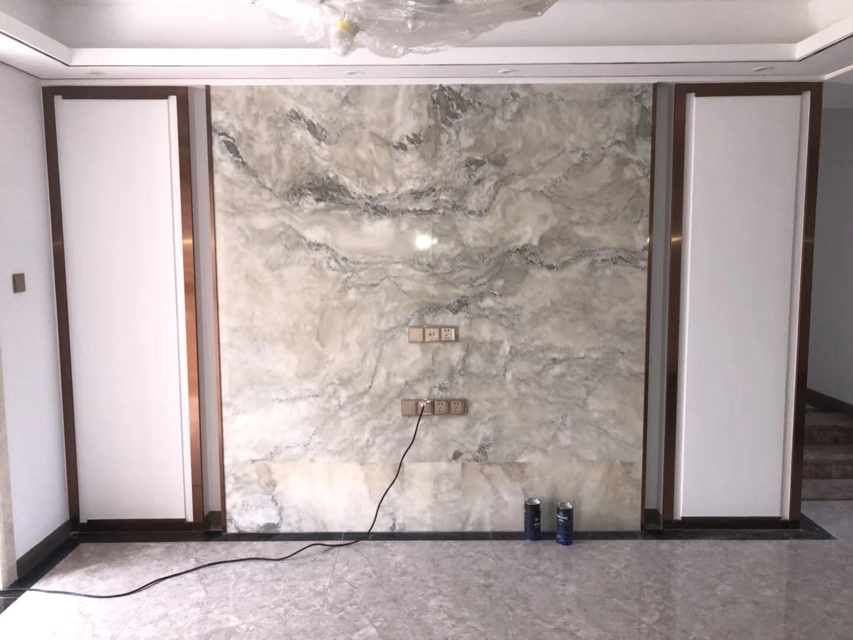 安装施工:不锈钢线条和铜合金线条收口线的安装,均采用表面无钉条的