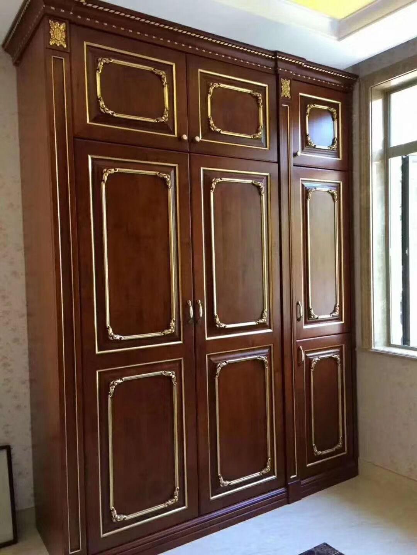 整体实木衣柜定制的特色,在于可以根据客户的要求来进行订制,但在定制实木衣柜中体现在标准和非标准之间。标准定制,是指在工厂规定的规格尺寸下进行的衣柜定制。非标定制是指在工厂标准模块之外的其他一切尺寸的定制。与标准定制提倡的功能定制不同的是,非标定制更多地关注外观的定制。 另外看疤结也是鉴定纯木的好方法:看好有疤痕的一面所在位置,再在另一面找是否有相应花纹,2.实木是什么树种制成的,这直接影响价格和质量,在北方,普通实木家具通常采用榉木,白橡木,水曲柳,榆木,楸木,橡胶木.