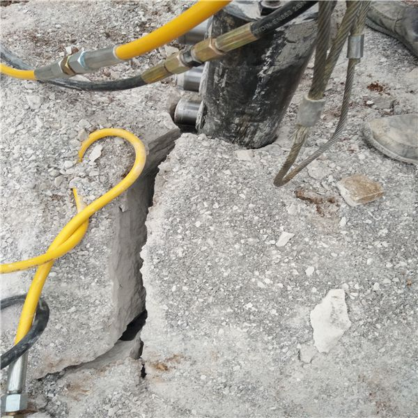 公路改建遇到硬岩石无法破裂劈裂棒甘肃定西