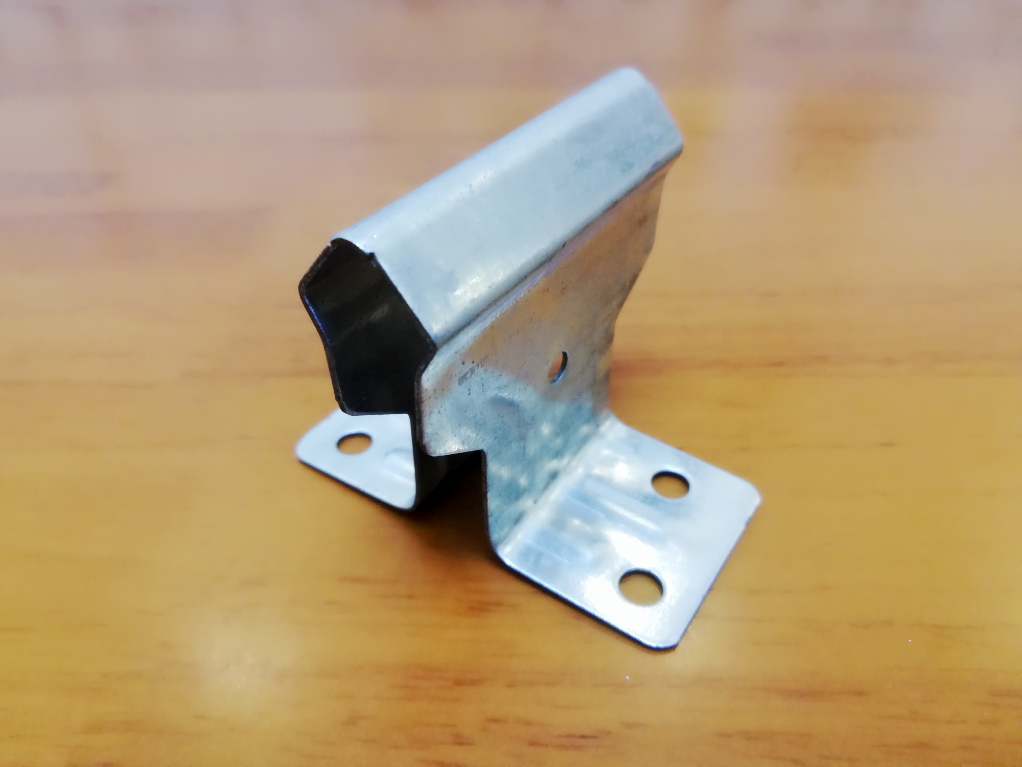 金属屋面防风加固简述:钢结构彩钢金属屋面板防风加固(抗风夹具)是将