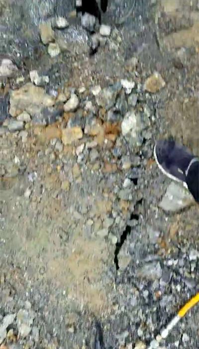 石头裂纹黑白素材