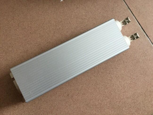 [3] 应用编辑绝缘于污秽、磁、声、压力、温度、加速度、陀螺、位移、液面、转矩、光声、电流,光纤传感器可用于位移、震动、转动、压力、弯曲、应变、速度、加速度、电流、磁场、电压、湿度、温度、声场、流量、浓度、PH值和应变等物理量的测量。  由于外界环境对光纤自身的影响,待测量的物理量通过光纤作用于传感器上,使光波导的属性(光强、相位、偏振态、波长等)被调制。传感器型光纤传感器又分为光强调制型、相位调制型、振态调制型和波长调制型等。光纤传感器根据其测量范围还可分为点式光纤传感器、积分式光纤传感器、分布