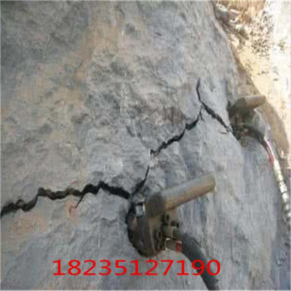 海东采石场开采用劈石器可夜间施工效果快