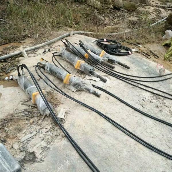 廣安宜賓邊坡道路拓寬巖石劈石機施工