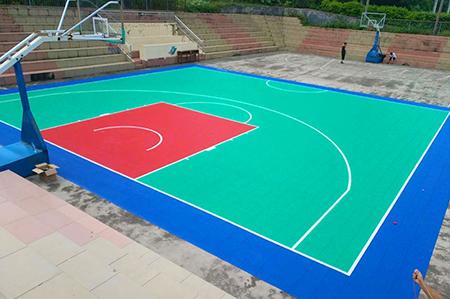 幼儿园地面铺装的悬浮地板主要是由聚丙烯制作而成的与塑胶面层产品的