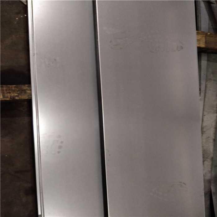 它能让钢结构厂房室内温度保持在26-30的舒适温度镀锌钢板。其耗电量相当于空调的1/8镀锌钢板。造价是空调的1/2,是厂房强制降温的好方法镀锌钢板。钢结构厂房保温降温钢结构厂房保温能隔绝大部分的太阳光辐射和传导热量,室内形成温室效应镀锌钢板。从而极大的降低厂房的温度镀锌钢板。改善钢结构厂房的环境镀锌钢板。现在常用的方法有以下两种选择:给钢结构厂房屋面加盖保温棉,一般屋面上使用的保温棉是玻璃棉镀锌钢板。常用厚度为50mm,75mm,100mm,密度为10kg/m安装好一般可以使室内温度降低5-8