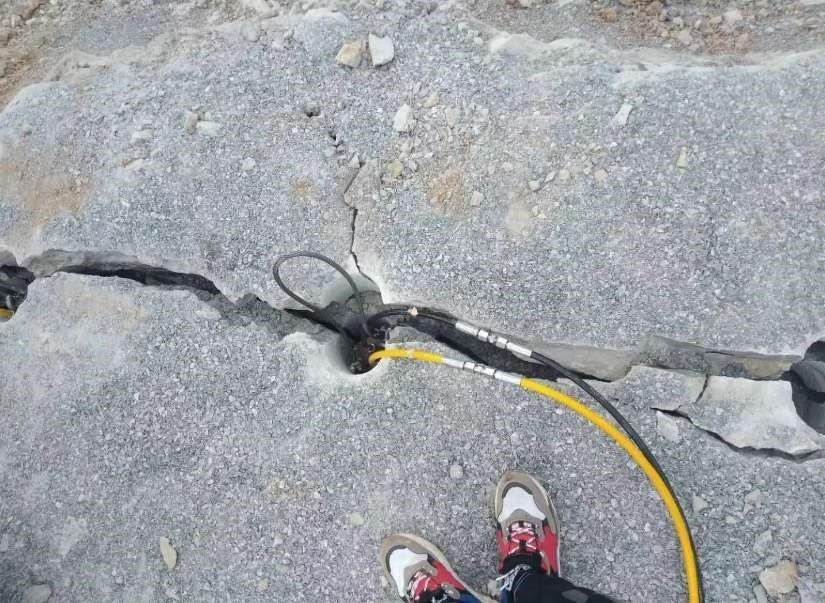 推荐:宿州道路修建遇到硬石头用劈裂机