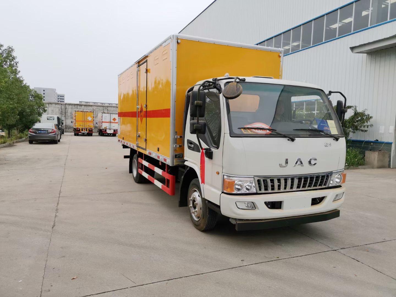 8吨的危险品液体运输车批量生产出厂价